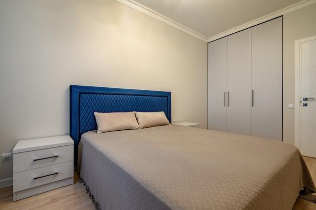 Intérieur de chambre à coucher moderne beige avec lit double