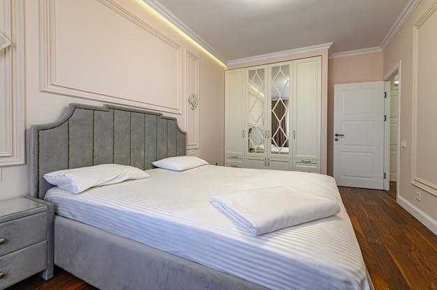 Intérieur de chambre à coucher moderne beige et marron avec lit double