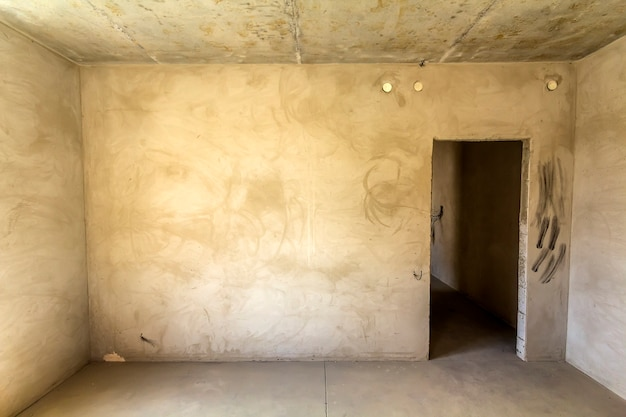 Intérieur d'une chambre dans un appartement neuf en cours de rénovation