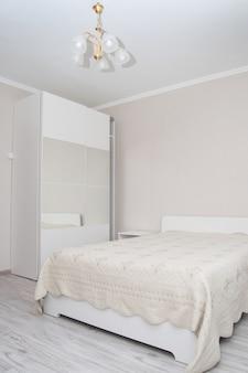 Intérieur de la chambre dans les tons beiges.