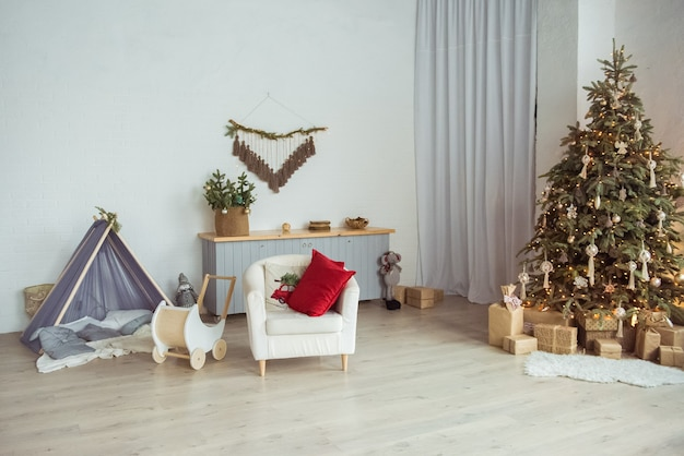 Intérieur de chambre élégant avec un bel arbre de noël et des coffrets cadeaux