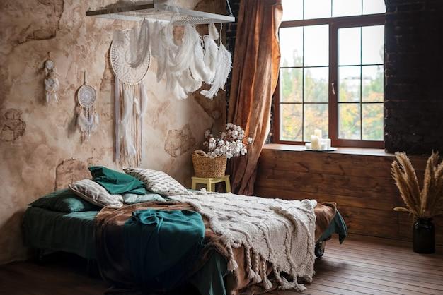 Intérieur de chambre élégant avec grand lit confortable.