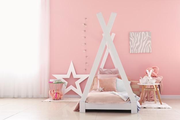 Intérieur de la chambre d'enfant moderne avec lit confortable