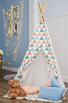 Intérieur de la chambre des enfants avec tente de jeu et jouets