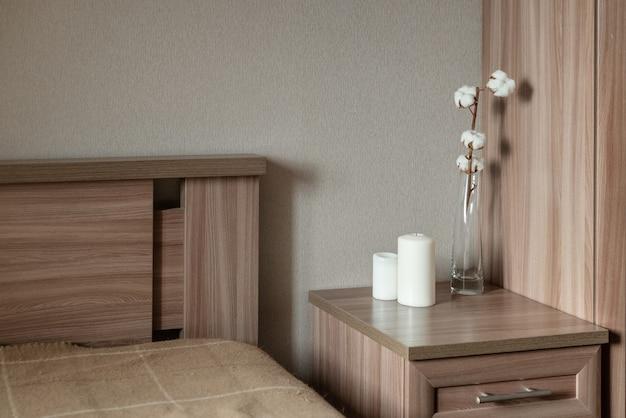 Intérieur de chambre minimaliste avec des meubles en bois de couleur pastel
