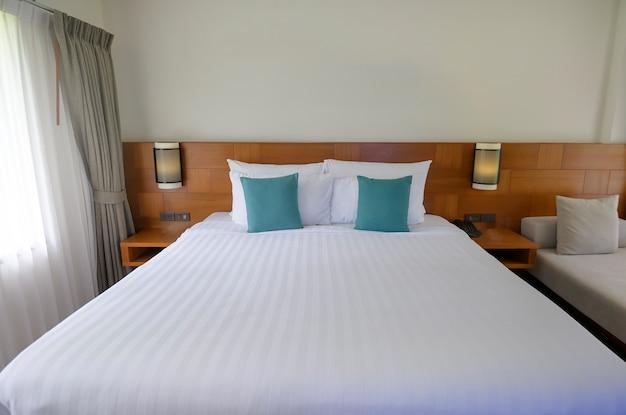 Intérieur de la chambre avec mobilier en bois et parquet