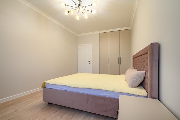 Intérieur de chambre moderne beige et marron avec lit double
