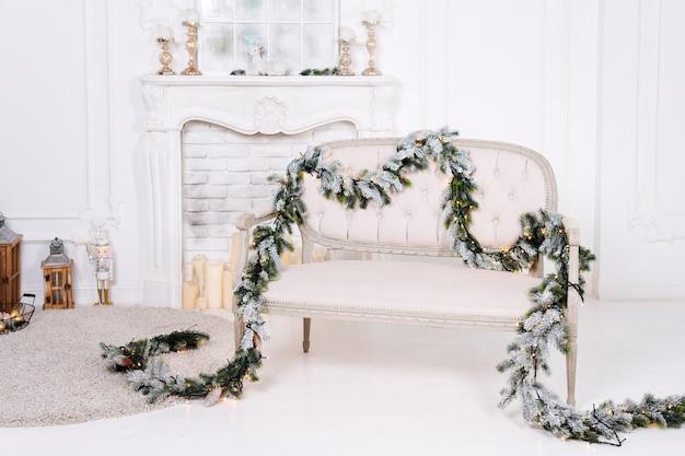Intérieur classique blanc avec cheminée et décorations de noël.