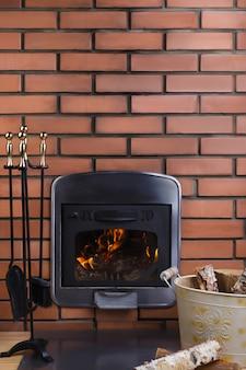 Intérieur de confort avec cheminée à foyer fermé.