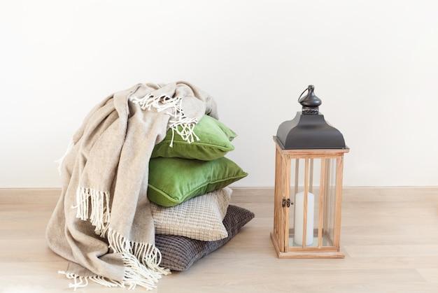 Intérieur confortable de la maison coussins gris et vert