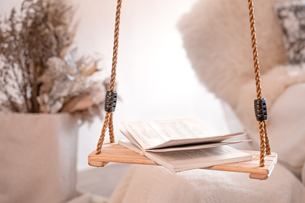Intérieur confortable et moderne du salon avec une balançoire suspendue.
