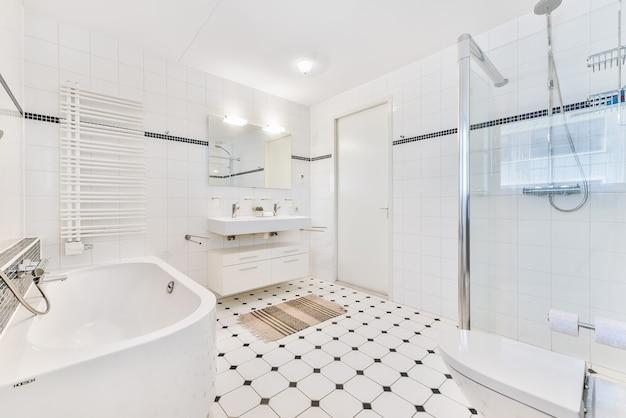 Intérieur contemporain de salle de bain avec douche et lavabos en céramique