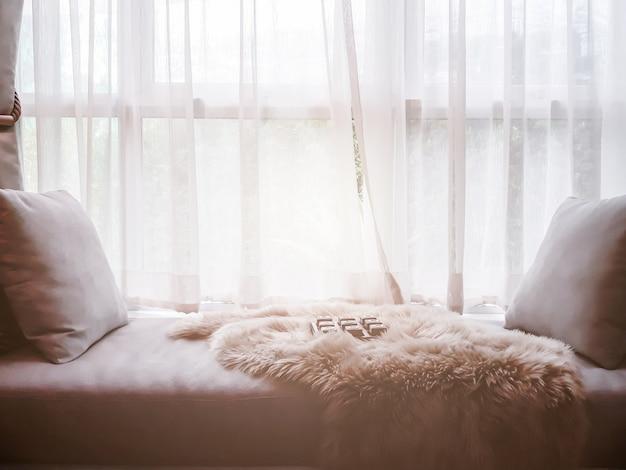 Intérieur contemporain de salon avec partie de canapé