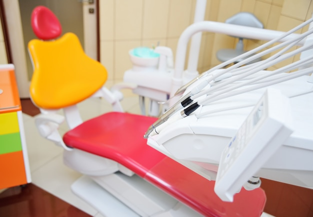 Intérieur de couleur vive de la dentisterie pédiatrique moderne.