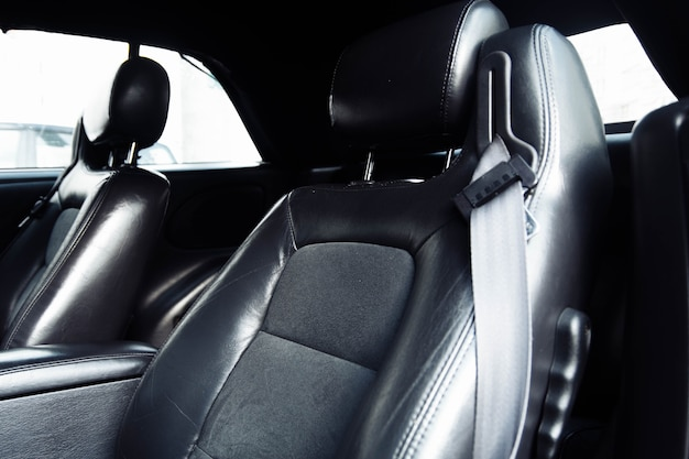 Intérieur en cuir noir d'une voiture de luxe sellerie cuir fait main