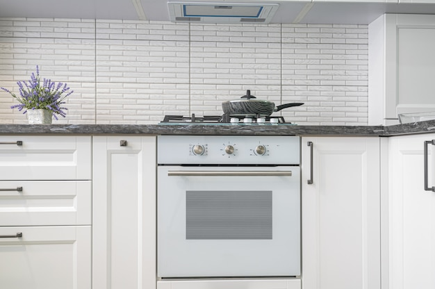 Intérieur de cuisine blanc moderne, vue de face