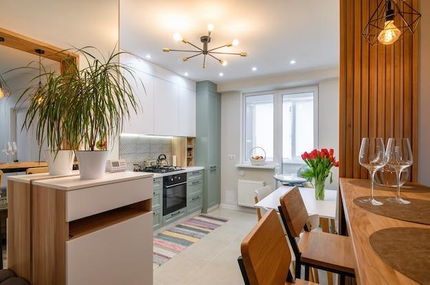Intérieur de cuisine blanche classique moderne avec salle à manger
