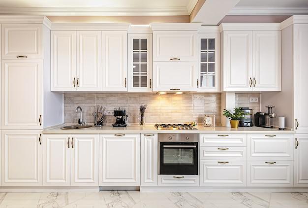 Intérieur de cuisine blanche moderne de luxe