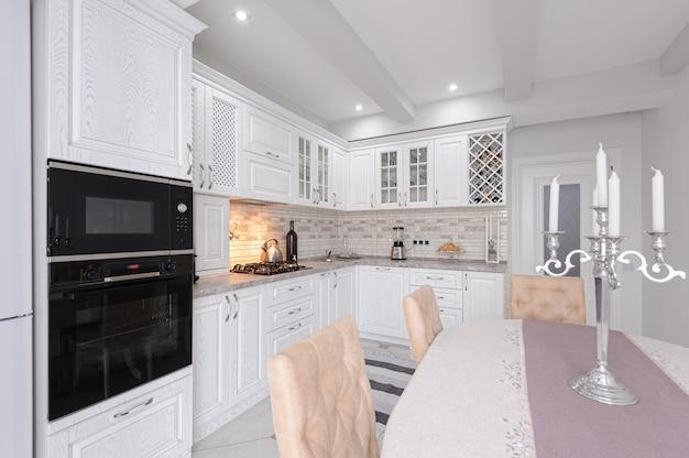 Intérieur de la cuisine en bois blanc moderne dans la maison de luxe