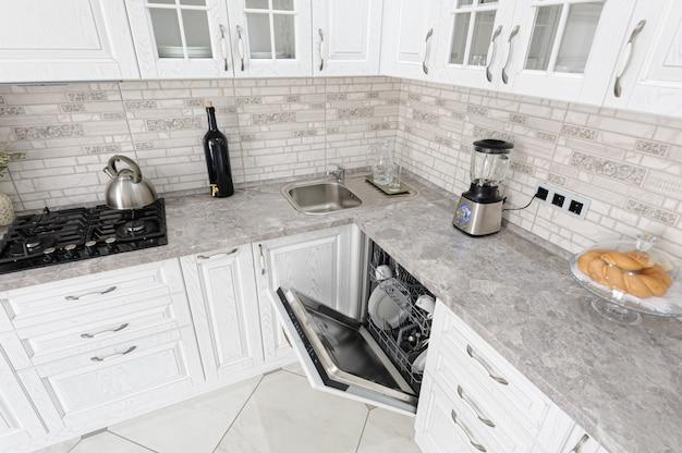 Intérieur de cuisine en bois blanc moderne