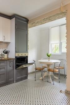 Intérieur de cuisine en bois gris et blanc moderne