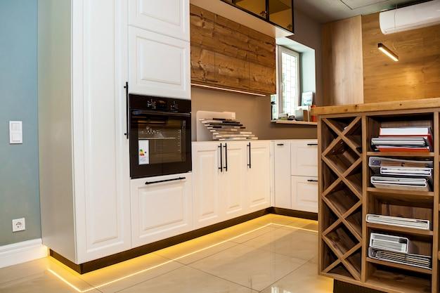 L'intérieur d'une cuisine contemporaine aux couleurs blanc et marron avec des armoires en bois