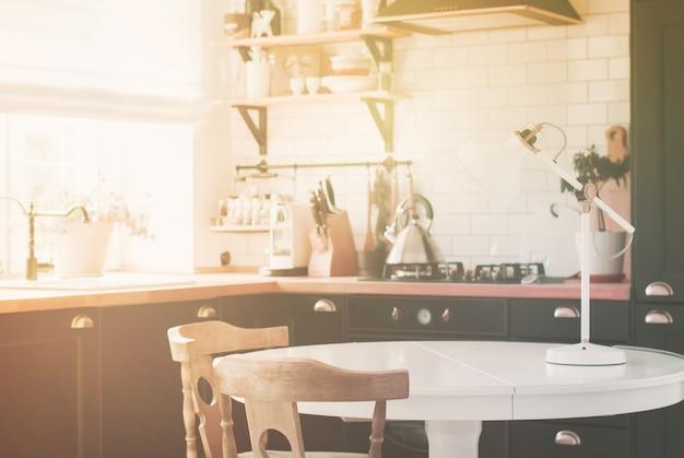 Intérieur de cuisine domestique blanc, noir et bois