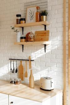 Intérieur de cuisine élégant dans des tons blancs et beiges, fond de printemps