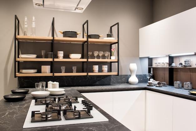 Intérieur de cuisine équipée avec cuisinière à gaz et étagères