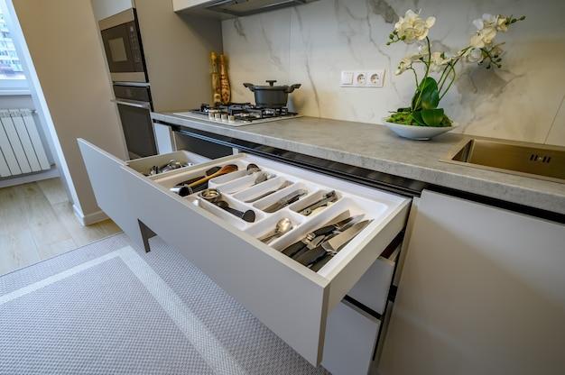 Intérieur de cuisine gris et blanc moderne
