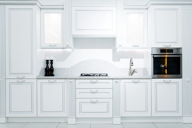 Intérieur de cuisine de luxe dans les tons blancs et bleus