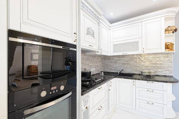 Intérieur de cuisine de luxe moderne de couleur blanche