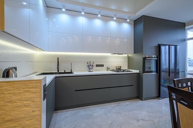 Intérieur de cuisine moderne blanc et gris foncé de luxe