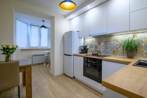 Intérieur de cuisine moderne blanc luxueux