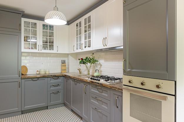 Intérieur de cuisine moderne en bois gris et blanc