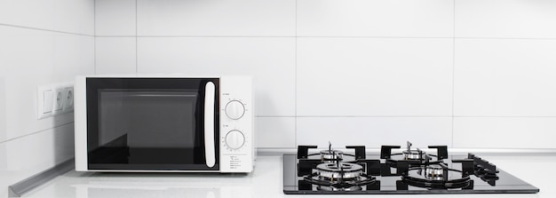 Intérieur de cuisine moderne avec cuisinière électrique et four à micro-ondes