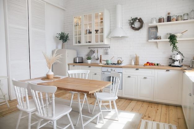 Intérieur de cuisine moderne et ensoleillée dans un appartement de style scandinave.