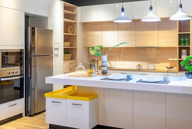 Intérieur de cuisine moderne, lumineux et propre avec des appareils en acier inoxydable dans un appartement de luxe.