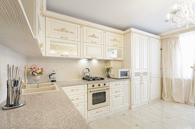 Intérieur de cuisine moderne de luxe beige et crème