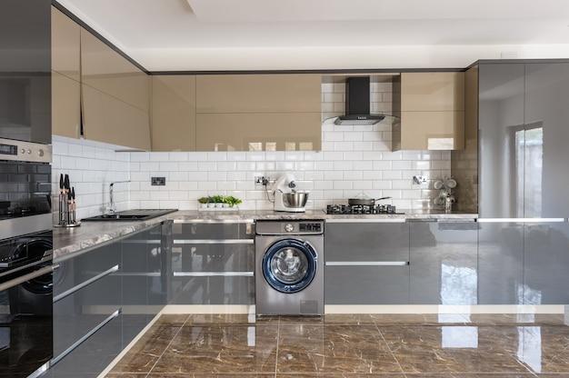 Intérieur de cuisine moderne de luxe blanc, beige et gris