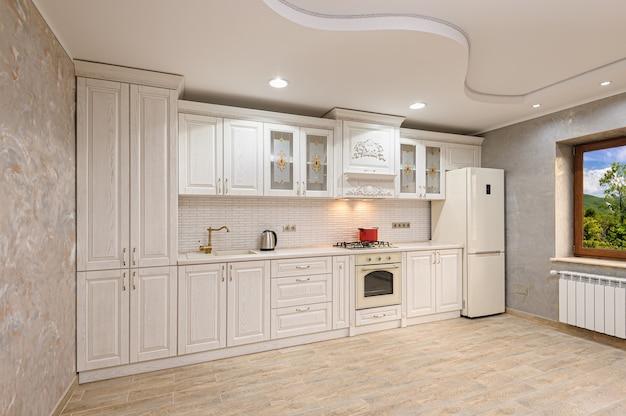 Intérieur de cuisine moderne de luxe blanc et beige