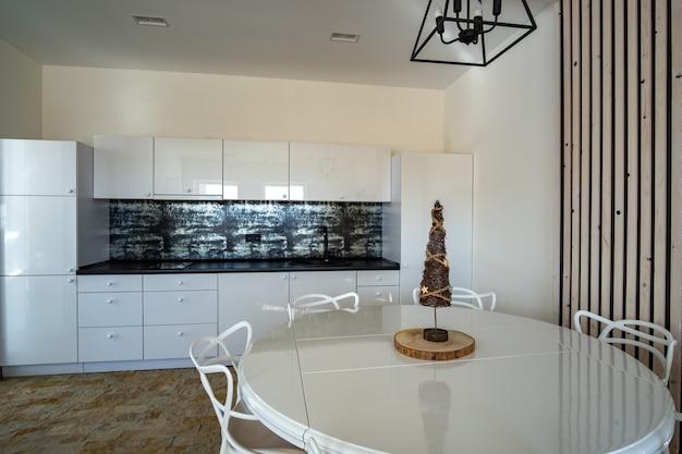 Intérieur de cuisine moderne avec mobilier contemporain.