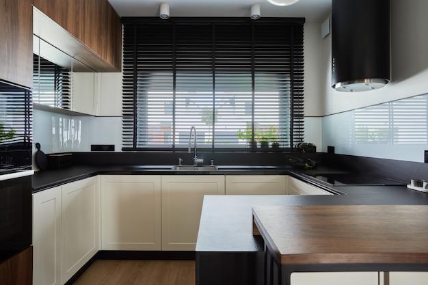 Intérieur de cuisine à panneau marron créatif minimaliste avec cuisine intégrée et îlot de cuisine. formes et formes géométriques. modèle.
