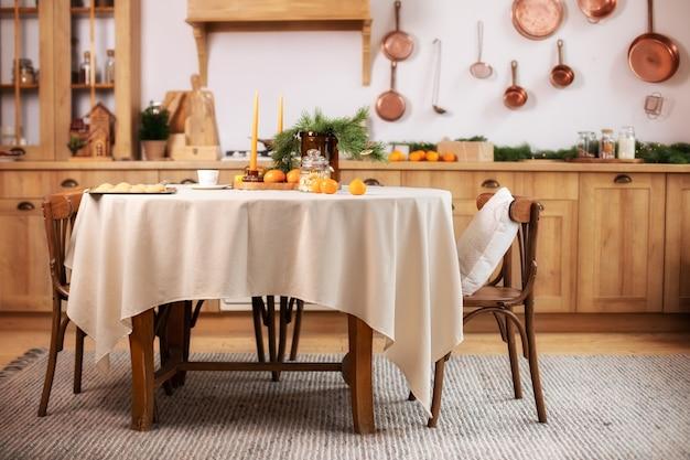 Intérieur de cuisine avec table et chaises en bois rustique de décoration de noël
