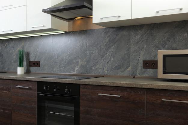 Intérieur de cuisines modernes aux couleurs sombres