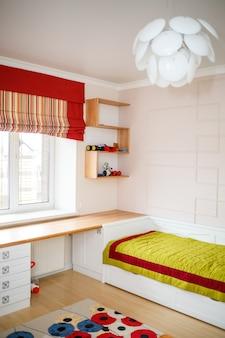 Intérieur dans une chambre d'enfants avec des meubles blancs. solution de réparation moderne