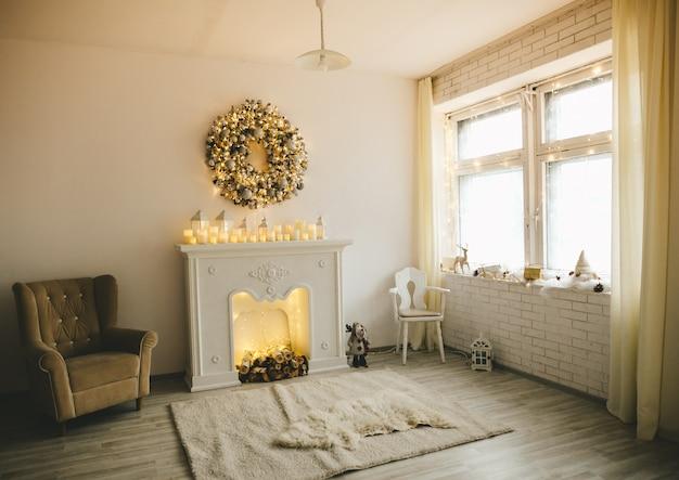 Intérieur décoré pour noël sur le thème du sapin et de nombreux accessoires pour noël. style de décoration en or blanc