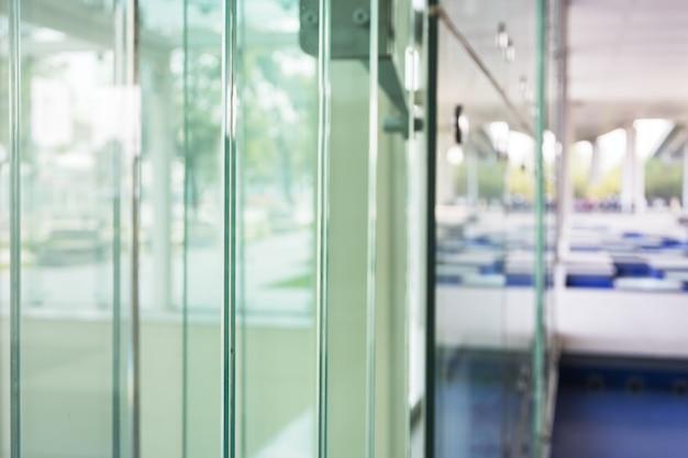 L'intérieur du bâtiment de verre avec fond flou