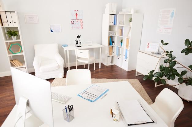 Intérieur du bureau du médecin vide dans la clinique moderne