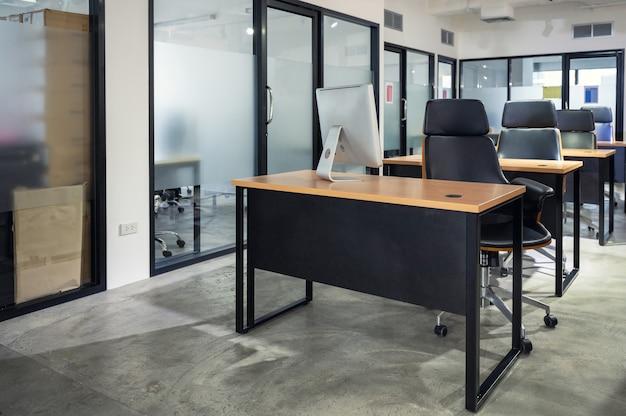 Intérieur du bureau moderne vide et espace de coworking temporairement fermé et politique